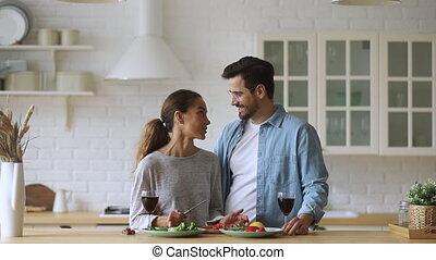 romantique, conversation, cuisine, lunettes, vin, heureux, cuisine, couple, tintement