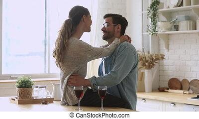 romantique, conversation, liaison, cuisine, embrasser, heureux, jeune couple