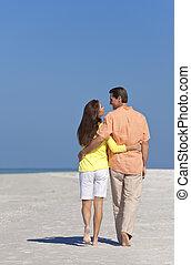 romantique, couple heureux, marche, sur, a, plage