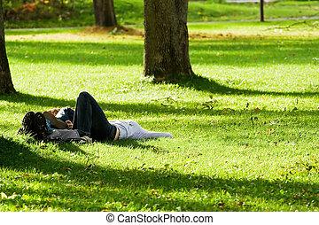 romantique coupler, coucher herbe