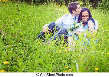 romantique coupler, franc, baiser, herbe, avoir