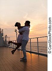 romantique coupler, jeune, coucher soleil, croisière, apprécier, heureux