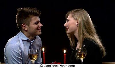 romantique coupler, jeune, haut, arrière-plan., dîner, fin, table, bkack, baisers