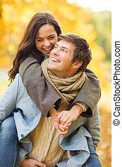 romantique coupler, jouer, dans, les, automne, parc
