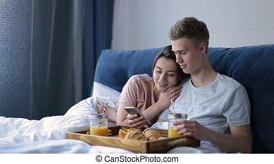 romantique coupler, lit, gai, petit déjeuner, apprécier
