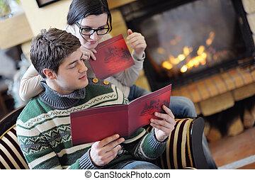 romantique, délassant, séance, couple, jeune, devant, maison, cheminée