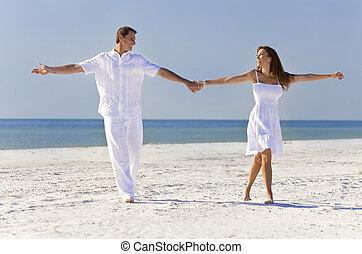 romantique, danse, couple, exotique, tenant mains, plage, heureux