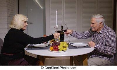 romantique, grillage, couples aînés, cuisine, pendant, dîner...