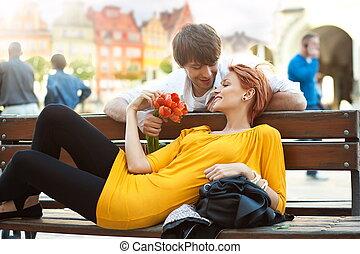 romantique, jeune couple, délassant, dehors, sourire