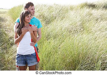 romantique, jeune couple, debout, entre, dunes