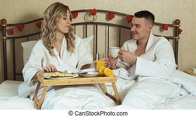 romantique, lit, couple, petit déjeuner, amants, jeune
