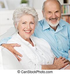 romantique, personnes âgées accouplent