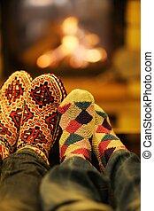 romantique, relâcher, sofa, couple, jeune, saison, devant, maison, heureux, cheminée, hiver