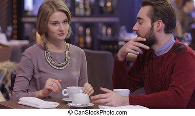 romantique, restaurant, couple, jeune, date, heureux