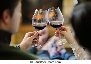 romantique, séance, sofa, couple, jeune, saison, devant, maison, heureux, cheminée, hiver