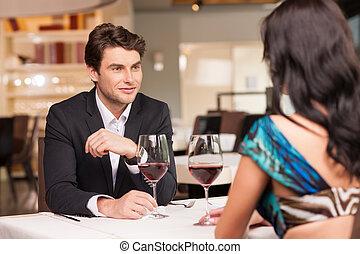 romantique, séduire, beau, glasses., beau, homme, regarder, sombre, humeur, femme, amour, vin, cheveux