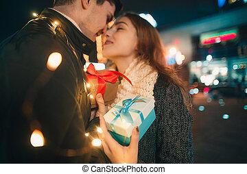 Cadeau De Noel Romantique Pour Homme.Femme Romantique Elle Cadeau Reçoit Surprise Noël