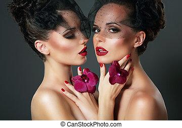 romantique, voluptueux, violet, deux, flirt., portrait, femmes, orchidées