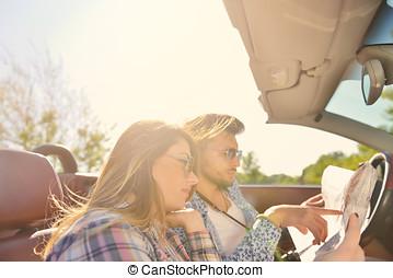 romantisch paar, jonge, blij, adventure., hun, terwijl, planning, paardrijden, converteerbaar, het glimlachen, hartelijk