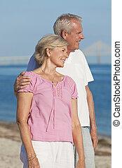romantisch paar, omhelzen, senior, strand, vrolijke