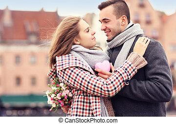 romantisch paar, op, valentine's dag, in de stad