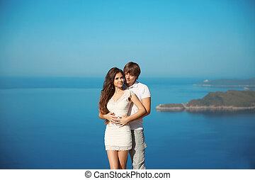romantische, aanhankelijk, jong paar, verliefd, op vakantie, op, zee, en blauw, sky., trouwfeest, travel., exotische , island.