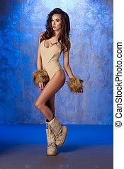 romantische , brünett, frau, posierend, in, damenunterwäsche, mit, pelz, auf, blaues, hintergrund.