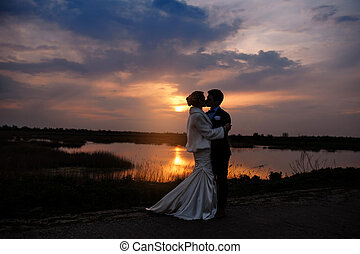 romantische , braut, sonnenuntergang, schöne , stallknecht, verheiratet, küssende , paar