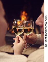 romantische, jong paar, het roosteren, wineglasses, voor, lit, firep