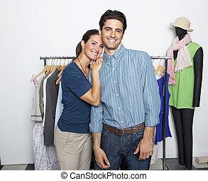 romantische, jong paar, op, de opslag van de kleding