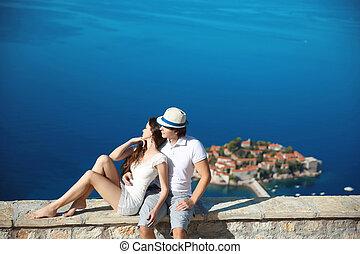 romantische, jong paar, verliefd, op, zee oever, boven, sveti, stefan, eiland, in, budva, montenegro., travel., vacation., family.