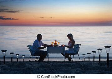 romantische , kerzen, paar, anteil, junger, abendessen, meer, wein, setzen sand strand, brille