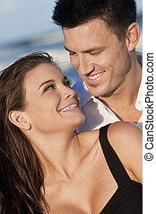 romantische , mann frau, paar, glückliches lächeln, auf, sandstrand