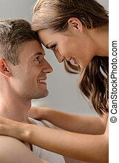 romantische , mood., aufschließen, von, schöne , junges, anschauen einander, und, lächeln