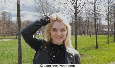 romantische, mooi, haar, verticaal, sexy, het wapperen, blonde., glimlachen, wind.
