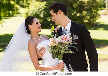 romantische, newlywed, paar, met, bouquetten, in park