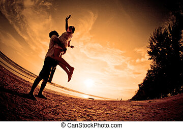 romantische, scène, van, stellen, op het strand