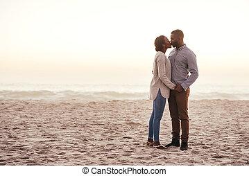 romantische, schemering, paar, jonge, afrikaan, kussende , strand