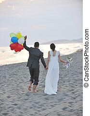 romantische, strandhuwelijk, op, ondergaande zon