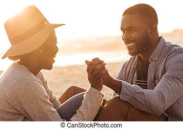 romantische, zittende , paar, samen, ondergaande zon , afrikaan, strand
