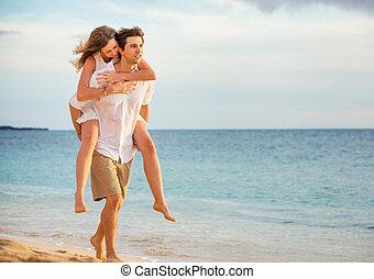 romantisk, glatt par, stranden, hos, solnedgång, herre och kvinna, i kärlek