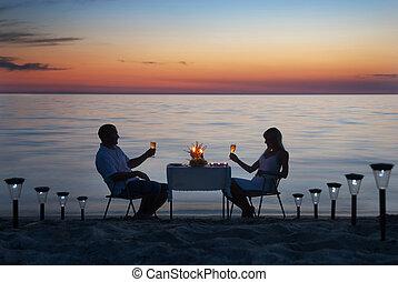 romantisk, vaxljus, par, dela, ung, middag, hav, vin, strand sandpappra, glasögon
