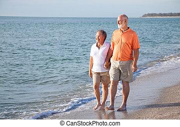 romantyczna para, -, senior, plażowa przechadzka
