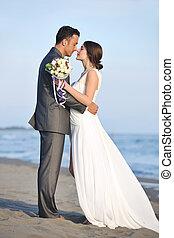 romantyk, plażowy ślub, na, zachód słońca