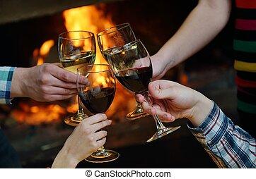romantyk, posiedzenie, sofa, para, młody, pora, przód, dom, szczęśliwy, kominek, zima