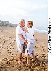 romantyk, starsza para, na, plaża
