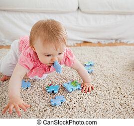 rompecabezas, encantador, rubio, bebé, pedazos, alfombra, ...