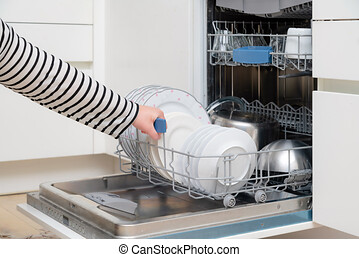 rondella, scarico, apparecchi, mano, chiudere, pieno, su, kitchen., presa, persona, dishwasher., mensola, piatto, pietanza