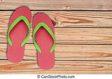 rood, ang, groene, draai mislukking om, sandalen, op, hout, achtergrond