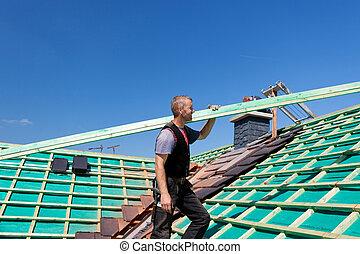 roofer, escalando, a, telhado, com, um, viga
